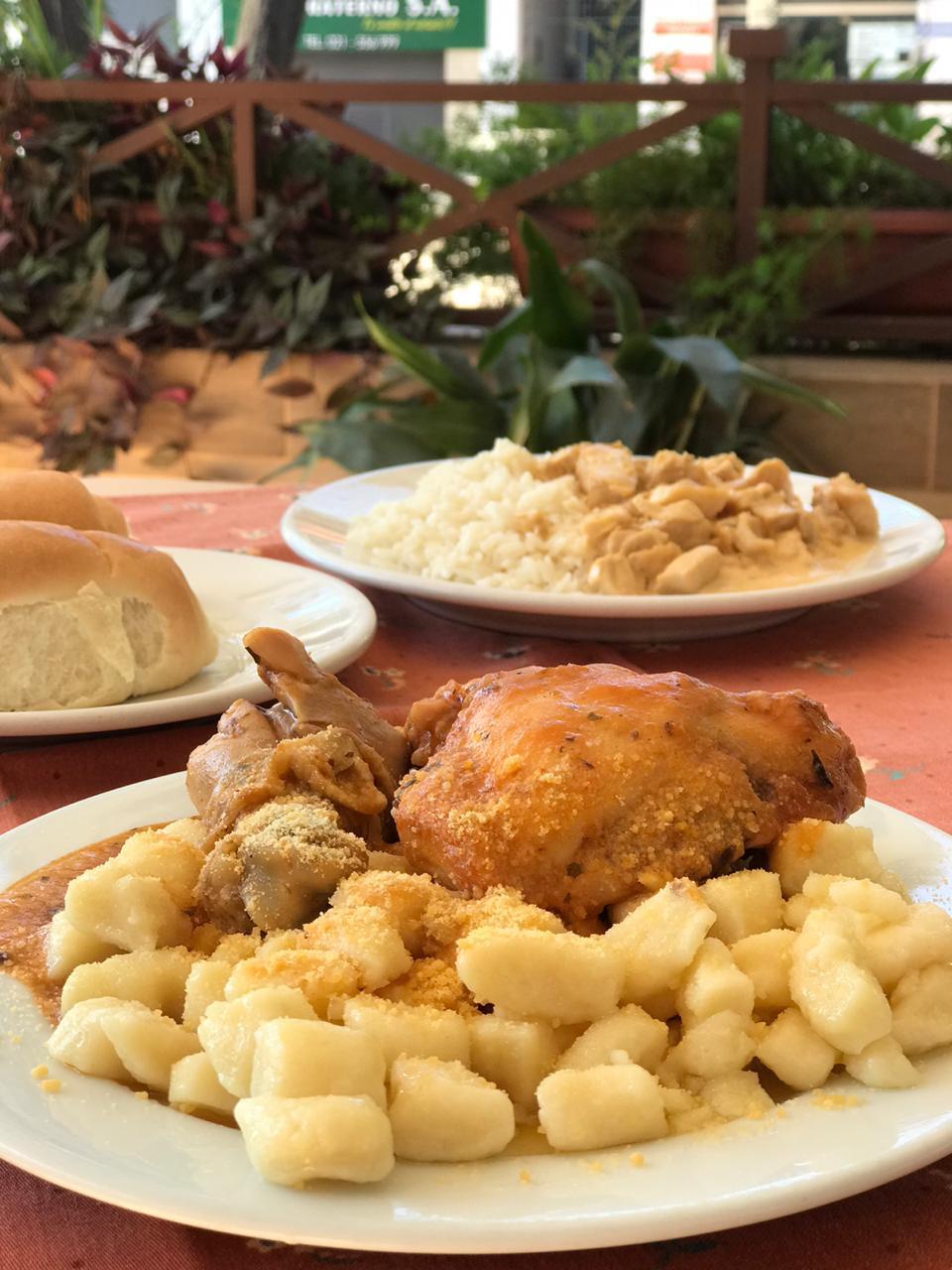 Ñoquis con pollo y strogonoff de pollo con arroz